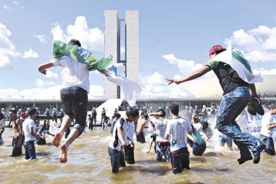 Estudantes invadem o espelho d'água em frente ao Congresso durante manifestação: demanda por melhorias no ensino do país (Ronaldo de Oliveira/CB/D.A Press - 27/6/13)