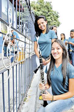 As amigas Dayanne Gomes, 14 anos, e Ariela Amâncio, 16, tocam clarineta (Marcelo Ferreira/CB/D.A Press )
