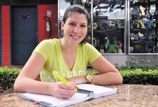 Depois de concluir o curso de arquivologia, Flora Carvalho desistiu de procurar emprego na iniciativa privada para entrar no Executivo  (Paula Rafiza/Esp. CB/D.A Press)