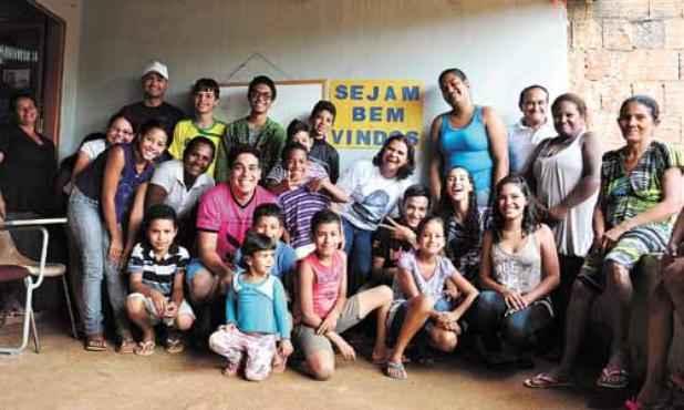 Volunt�rios do projeto usam o m�todo Paulo Freire para ajudar as crian�as da comunidade (Paula Rafiza/Esp. CB/D.A Press)