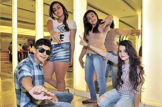 Fãs do cantor Justin Bieber, Luís Fernando, Kauane, Kathleen e Evellyn se encontrarão em Taguatinga para se divertir (Breno Fortes/CB/D.A Press)