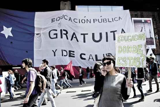 Estudantes protestam, em Santiago do Chile, por uma educação pública gratuita e de qualidade (Martin Bernetti/AFP - 5/9/13)
