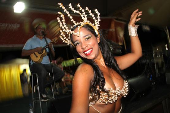 Rainha da bateria Camila Almeida