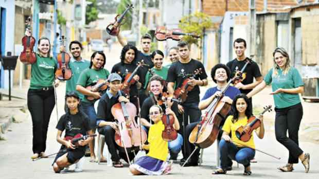 Grupo da Estrutural que vai ensinar música para crianças e adolescentes em Águas Lindas: de alunos a professores (Breno Fortes/CB/D.A Press)