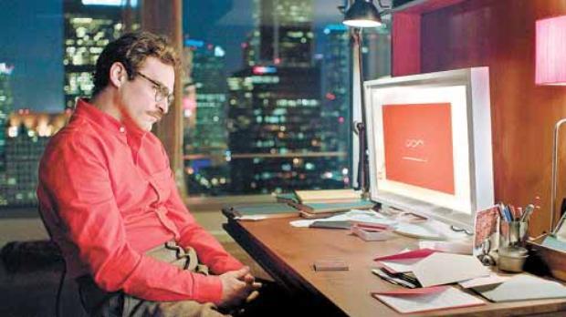 Theodore, interpretado por Joaquin Phoenix, não parece um personagem de ficção: sempre conectado aos seus dispositivos eletrônicos  (Sony Pictures/Divulgação)