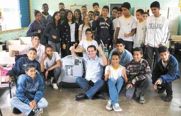 Na escola de Arapoanga, o menino de 16 anos conta com a ajuda do diretor, Jordenes Ferreira (centro), que lutou na Justiça para o aluno conseguir estudar (Iano Andrade/CB/D.A Press)