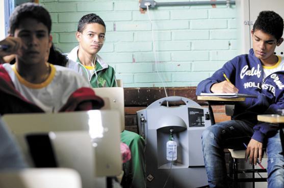 O jovem palmeirense pode voltar à escola graças a um concentrador de oxigênio instalado em sala de aula (Iano Andrade/CB/D.A Press)