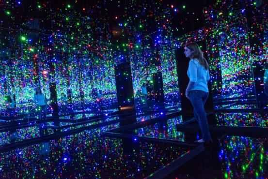 A sala de espelhos mais recente da artista exibe centenas de flashes de luzes coloridas: reflexos s�o met�foras das alucnia��es