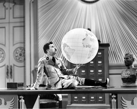 Hynkel brinca com o globo terrestre, na cena cl�ssica (Acervo Continenta/Reprodu��o)
