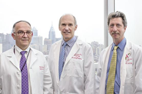 Pablo Tebas , Carl June  e Bruce Levine (da esquerda para a direita) conduziram o estudo promissor  (Penn Medicine Communications/Divulgação)