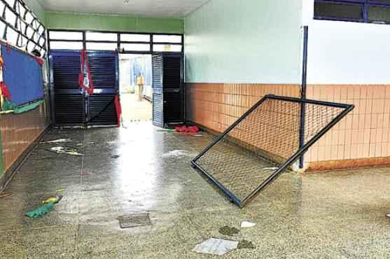 Os vândalos invadiram a escola entre 16 de fevereiro e quarta-feira, quando destruíram um bebedouro de metal, quebraram várias vidraças e arrebentaram portas e grades: danos avaliados em cerca de R$ 20 mil  (Breno Fortes/CB/D.A Press)