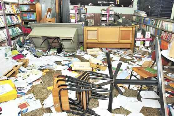 Segundo a direção do CEF 34, um dos maiores prejuízos aconteceu na biblioteca, onde livros novos foram rasgados e estantes acabaram no chão (Breno Fortes/CB/D.A Press)