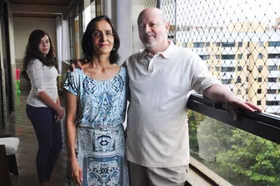 Dilma e Afonso imunizaram Mariana e, agora, pensam em fazer o mesmo com o filho, de 11 anos (Paula Rafiza/Esp. CB/D.A Press)