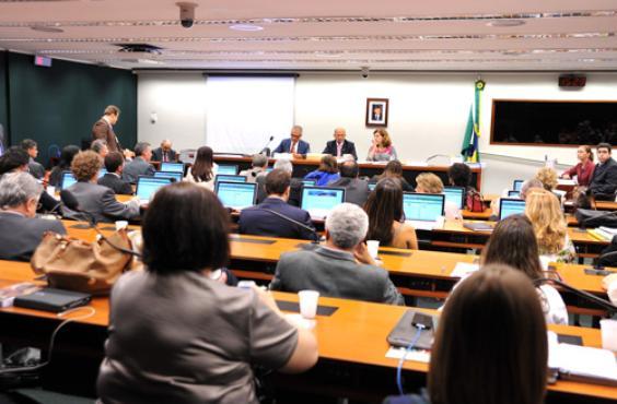Instalação da comissão especial que analisará a PEC na Câmara: relator vai rever alterações feitas no Senado para garantir 10% do PIB ao setor  (Zeca Ribeiro/Câmara dos Deputados - 19/2/14)