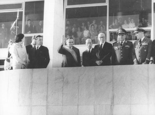 O marechal Humberto de Alencar Castelo Branco acena diante do parlatório  do Palácio do Planalto: marco de uma história triste (José Belem/O Cruzeiro/EM/D.A Press - 15/4/64)