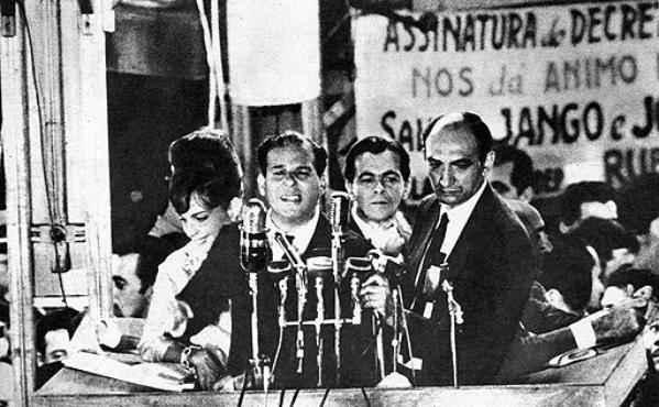 Além do público, comício de João Goulart na Central do Brasil foi acompanhado por três mil militares que se posicionaram estrategicamente no local (O Cruzeiro - 13/3/64)