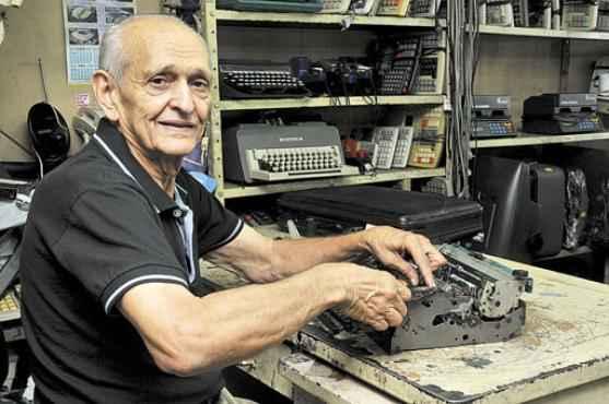 Em Brasília, os usuários contam com Uacy Mendes, especialista em consertar as antigas máquinas (Antonio Cunha/Esp. CB/D.A Press)