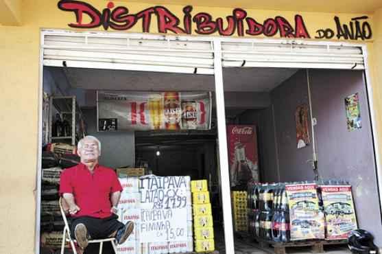 Antes, Bolinha e o irmão Pinguim tinham o Bar dos Anões. Agora, sozinho, é dono de uma distribuidora de bebidas no começo da Avenida Central, na Quadra 14