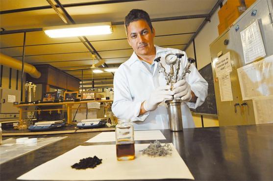 Luiz Carlos Alves de Oliveira, da UFMG: a pesquisa dele rendeu prêmios e atraiu o interesse da indústria, que financia o projeto (Gladyston Rodrigues/EM/D.A Press)