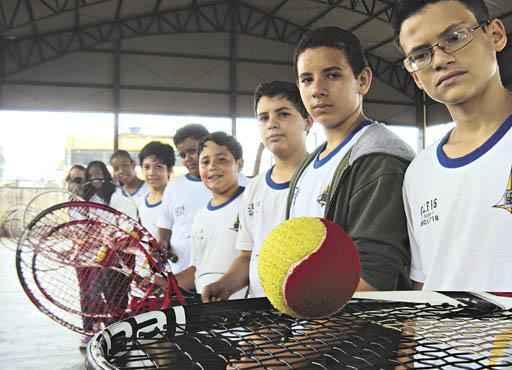 Ao menos uma vez por semana, alunos de escola em Ceilândia têm aulas de tênis: tabu rompido (Jéssica Raphaela/CB/D.A Press )