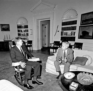 Embaixador dos Estados Unidos no Brasil, Lincoln Gordon (D), em reuni�o com o presidente Kennedy: informa��es alarmistas sobre