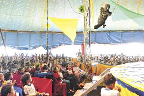 Fabrício da Cunha voa sobre a plateia vestido de Homem-Aranha (Iano Andrade/CB/D.A Press)