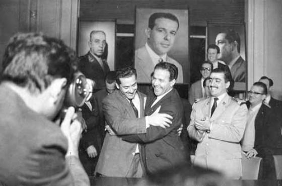 De volta ao Brasil para assumir a Presidência após a renúncia de Jânio, Jango (C) recebe o abraço de Leonel Brizola  (Antônio Ronek/O Cruzeiro/Arquivo EM/D.APress)