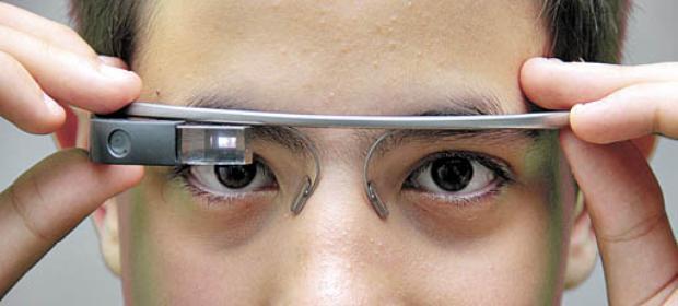 O menino de 13 anos mostra a última aquisição, um óculos que permite o acesso à internet