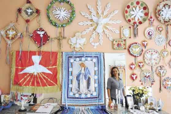 Sala de visita de Rozeli Costa: mandalas, bandeira do Divino, estandartes, objetos que guardam o sentido da religiosidade do Brasil profundo     (Janine Moraes/CB/D.A Press)