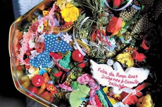Pequenos enfeites que a artesã vai recolhendo para compor as peças: laços, contas, fitas, linhas, flores de plástico... (Janine Moraes/CB/D.A Press)