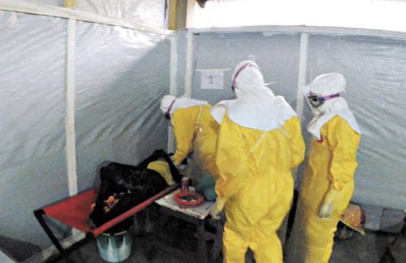 Equipe da organização Médicos Sem Fronteiras examina paciente em Gueckedou, na Guiné: última epidemia na África ocorreu em 2012 (Médicos Sem Fronteiras/AFP)