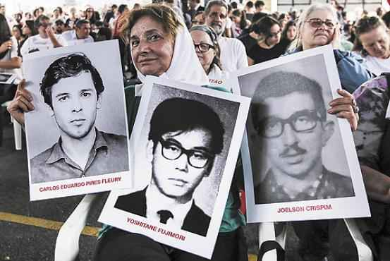 Em São Paulo, manifestantes se reuniram na sede do DOI-Codi, centro de torturas da época da ditadura, com fotos de presos políticos e de desaparecidos  (Vanessa Carvalho/Brazil Photo Press/Agência O Globo)