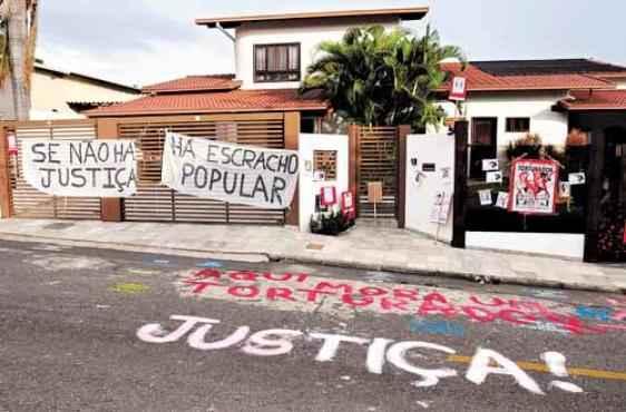 Manifestantes estenderam faixas na casa do general acusado de tortura (Carlos Moura/CB/D.A Press)