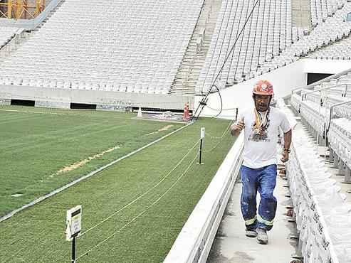 Julival ensaia uma corridinha no Itaquerão: operário de 49 anos tem 15 São Silvestres no currículo e paixão pelo clube dono da arena, o Corinthians (Felipe Seffrin/CB/D.A Press)