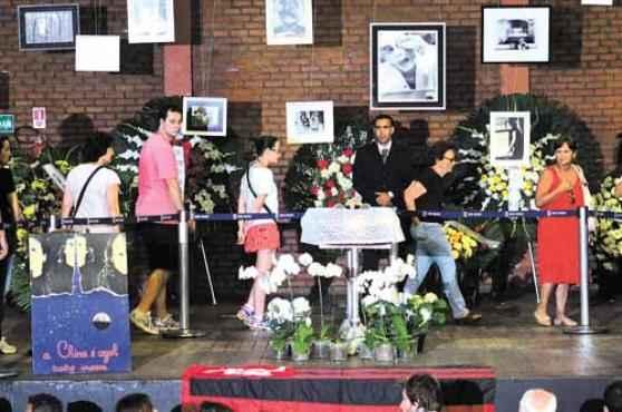 Artistas e populares foram dar o último adeus ao ator, morto no último sábado vítima de um ataque cardíaco fulminante (Adriano Ishibashi / Frame / Agência O Globo)