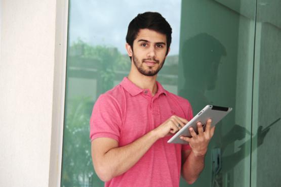 O programador Renington Neli, 25 anos, utiliza o iPad pessoal no trabalho: