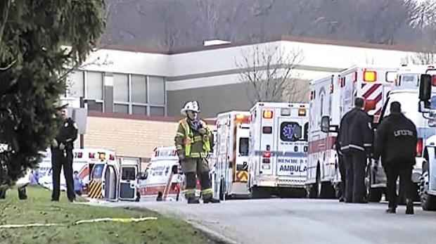 Ambulâncias diante da Franklin Regional High School, na pacata cidade de Murrysville: autoridades ainda tentam entender as motivações do ataque (Reuters)