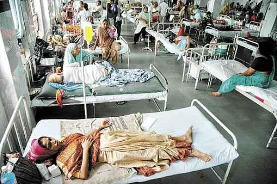 Pacientes com a febre da chikungunya são atendidos em hospital na Índia: transmissão da doença é mais rápida que a da dengue (Ajit Solanki/AFP - 17/1/2008)