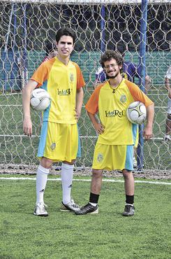 Felipe Tomasi e Gianlucca Rech promovem o Futebol Solidário.  As doações arrecadadas nas partidas vão para creches e asilos (Paula Rafiza/Esp. CB/D.A Press)