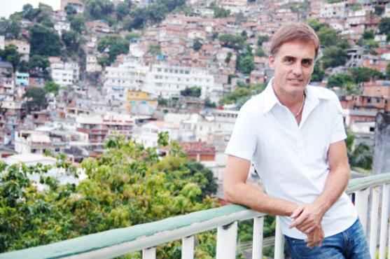 Paul Heritage no Morro do Vidigal (RJ). Em Brasília, ele levou Shakespeare à Papuda  (Ratão Diniz/Divulgação)