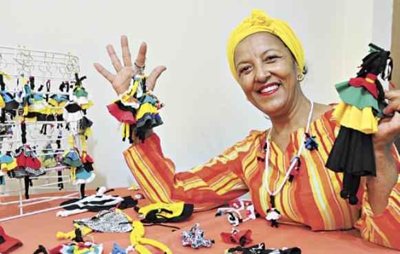 Maria Sineide ensina a técnica em eventos. Ela conta que, mais que uma fonte de renda, confeccionar as bonecas é uma terapia (Iano Andrade/CB/D.A Press)