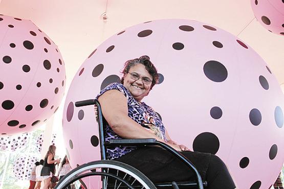 O joelho machucado não impediu Erineide de ir à mostra. Ela fez questão de passar por todas as galerias (Ana Rayssa/Esp. CB/D.A Press)