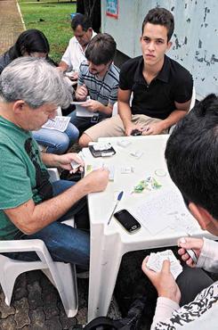 Colecionadores de todo o DF se reúnem em banca na Asa Norte para trocar as figurinhas e fazer amizades: encontro de gerações (Carlos Vieira/CB/D.A Press)