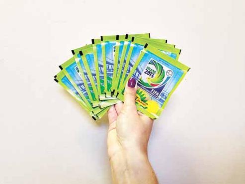 Os cromos do torneio são comercializados  em pacotes com cinco, cada (Alexandre Botão/CB/D.A Press)