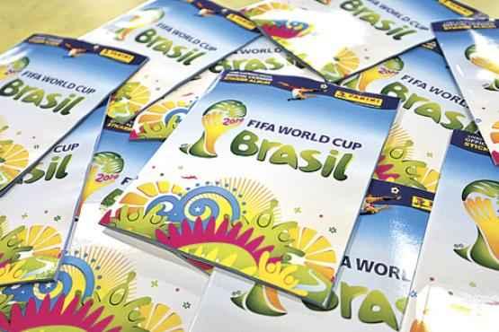 Fazer o álbum do Mundial é uma tradição entre brasileiros de diversas idades (Gustavo Moreno/CB/D.A Press)