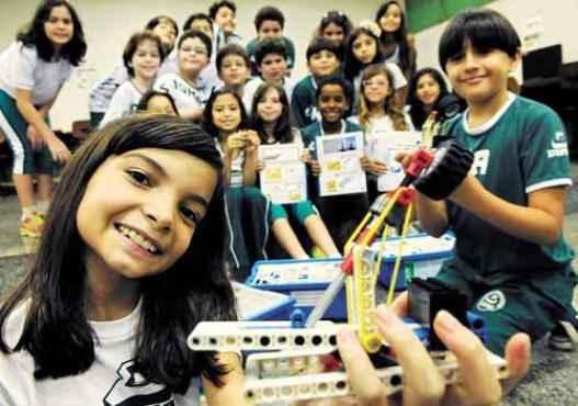 Aline e os colegas do Sigma usam peças de Lego em projetos de robótica: um bondinho e um boliche foram criados pelos estudantes (Carlos Vieira/CB/D.A Press)
