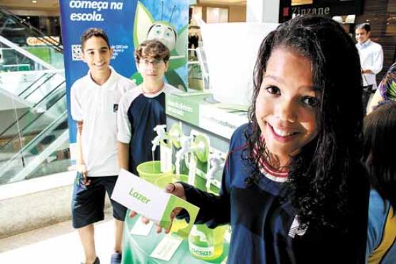 Gisele Martins, 11 anos, comprou um tênis de R$ 200 ao economizar a mesada: %u201CSaber mexer com dinheiro é muito importante%u201D (Oswaldo Reis/Esp. CB/D.A Press)
