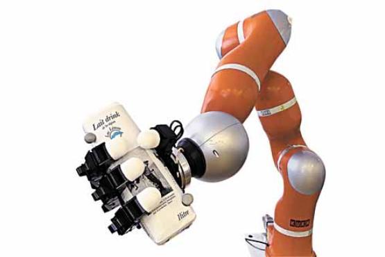 Com 1,5m de comprimento e três articulações, o braço robótico é capaz de reagir aos objetos em cinco milésimos de segundo (Alain Herzog/EPFL)