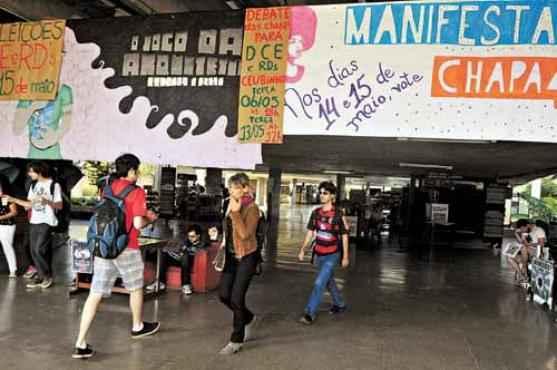 Movimento de campanha na UnB: cartazes e faixas lembram os dias previstos para os alunos irem �s urnas (Antonio Cunha/CB/D.A Press)