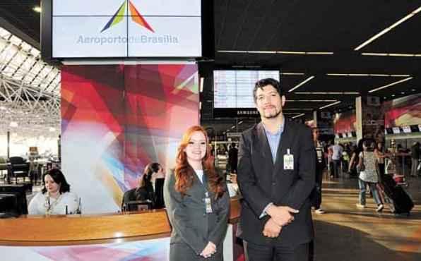 Funcionários do aeroporto, Luanna e Leandro dominam o espanhol (Carlos Moura/CB/D.A Press )